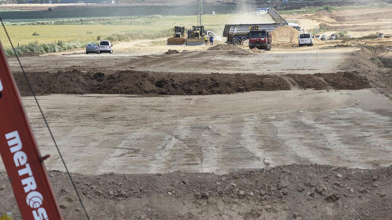 Stavba dálnic se vČesku vleče neúměrně dlouho. Příkladem je třeba dálnice D11, jejíž přípravu posporu opozemky komplikuje izdlouhavé stavební řízení.