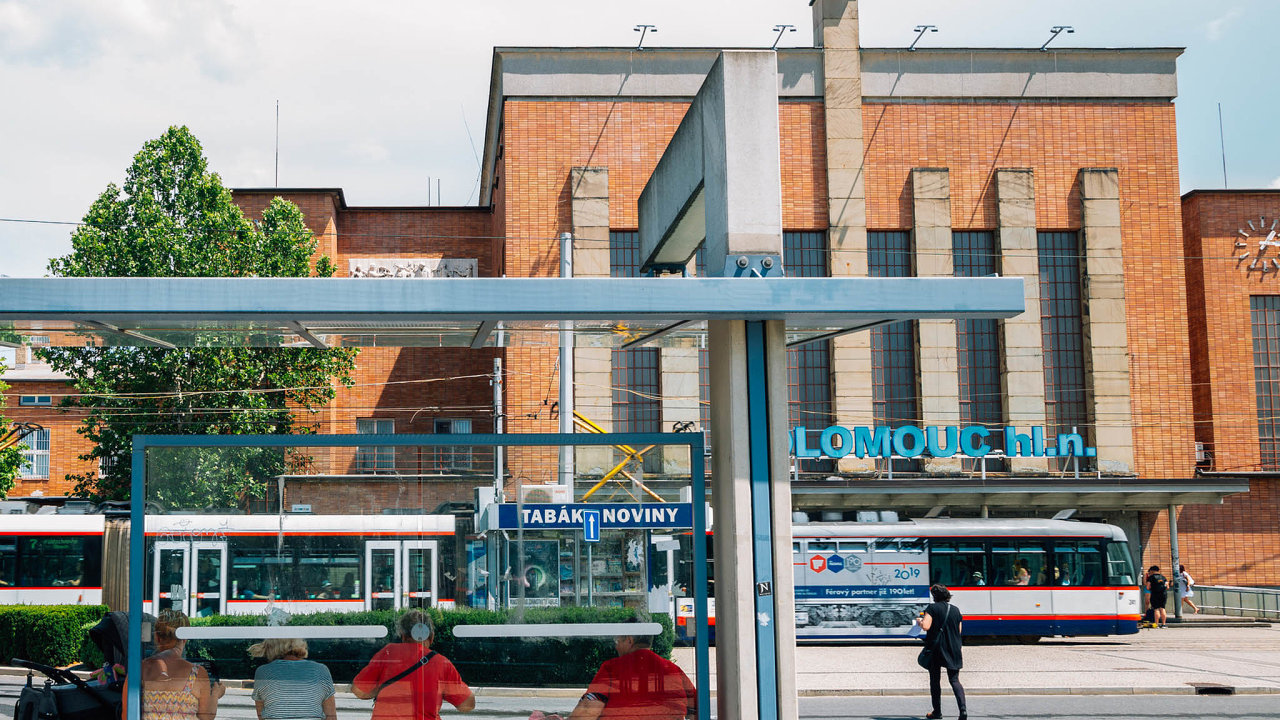 EUROVIA CS působí vOlomouckém kraji dlouhodobě. Staví průtah Přerovem, rekonstruuje stanici Přerov avrámci sdružení více firem sepodílí naelektrifikaci azkapacitnění trati Uničov – Olomouc.