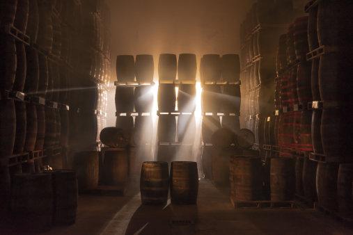 Rum Eminente zraje v sudech, které se dříve používaly pro zrání bourbonu, irské whiskey nebo skotské whisky.
