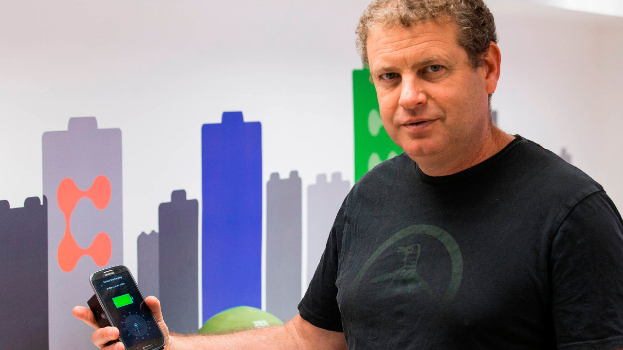 Izraelská baterie: Baterie StoreDot míří primárně doautomobilového průmyslu. Nasnímku šéf podniku Doron Myersdorf směřicím přístrojem.