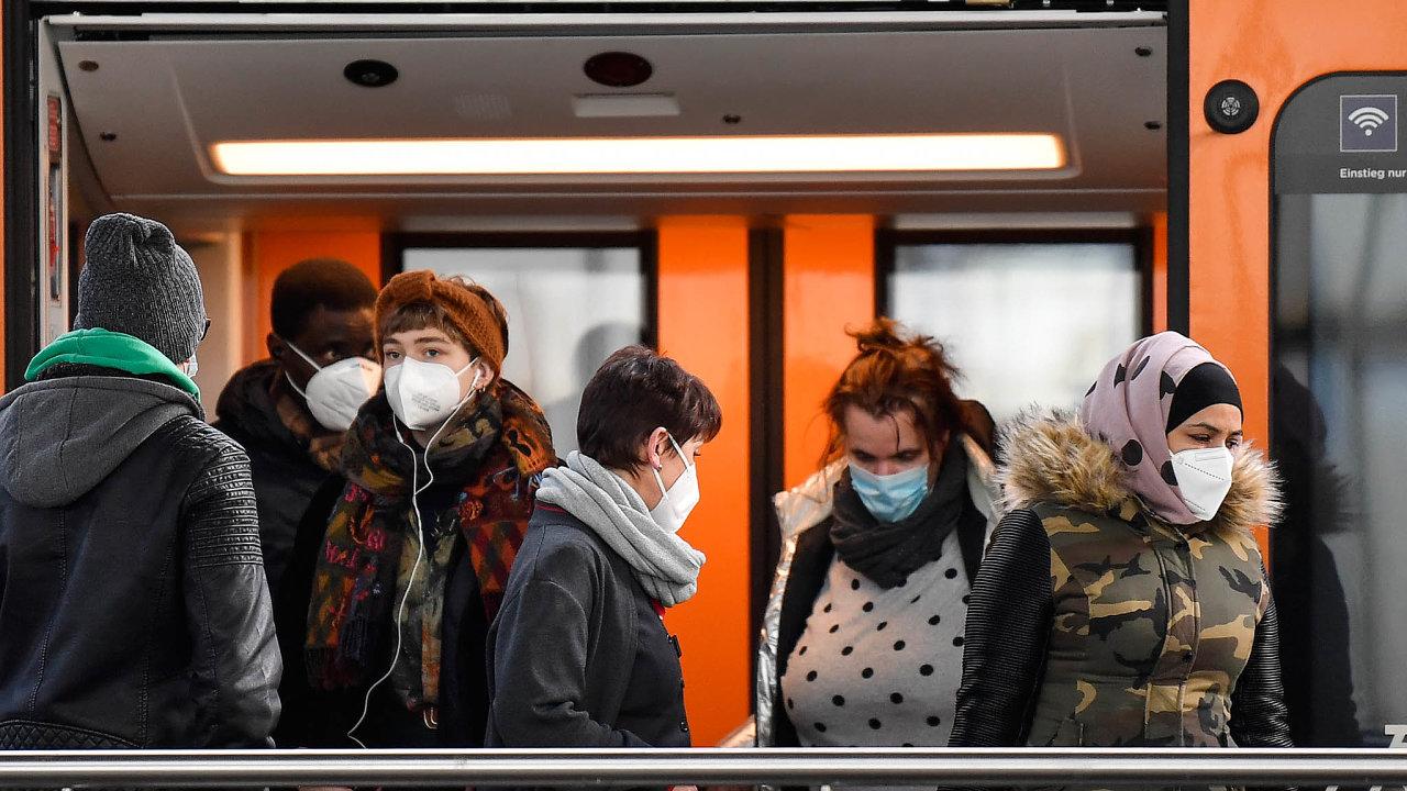 Pravidla usousedů: Nová nařízení onošení respirátorů nazalidněných veřejných místech, například vdopravních prostředcích, platí vRakousku. Přiklonili se kněmu ivNěmecku.