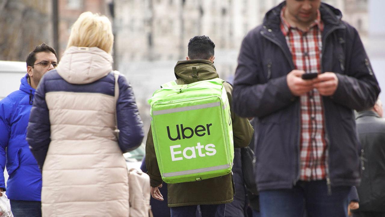 Britská pobočka Uberu uzavře pracovní smlouvy se svými lidmi poté, co prohrála soudní spor se skupinou bývalých řidičů, kteří se domáhali zaměstnaneckých práv.