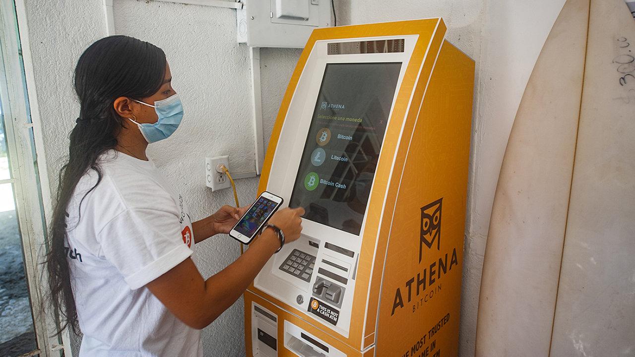 Salvadorcům žijícím vzahraničí má zavedení bitcoinu usnadnit posílání plateb příbuzným domů.