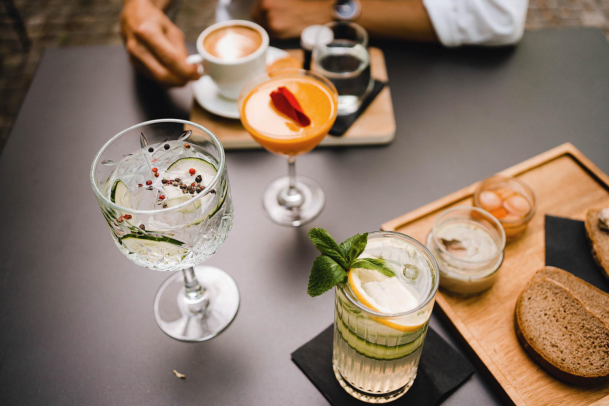 Trenčianske Teplice ukrývají klenot. Likérka je aperitiv bar akavárna spojená svlastní řemeslnou výrobou. Výjimečně silný gin Toison abylinný likér Dr.Kramer vyrábí bez použití chemie čistě přírodním způsobem.