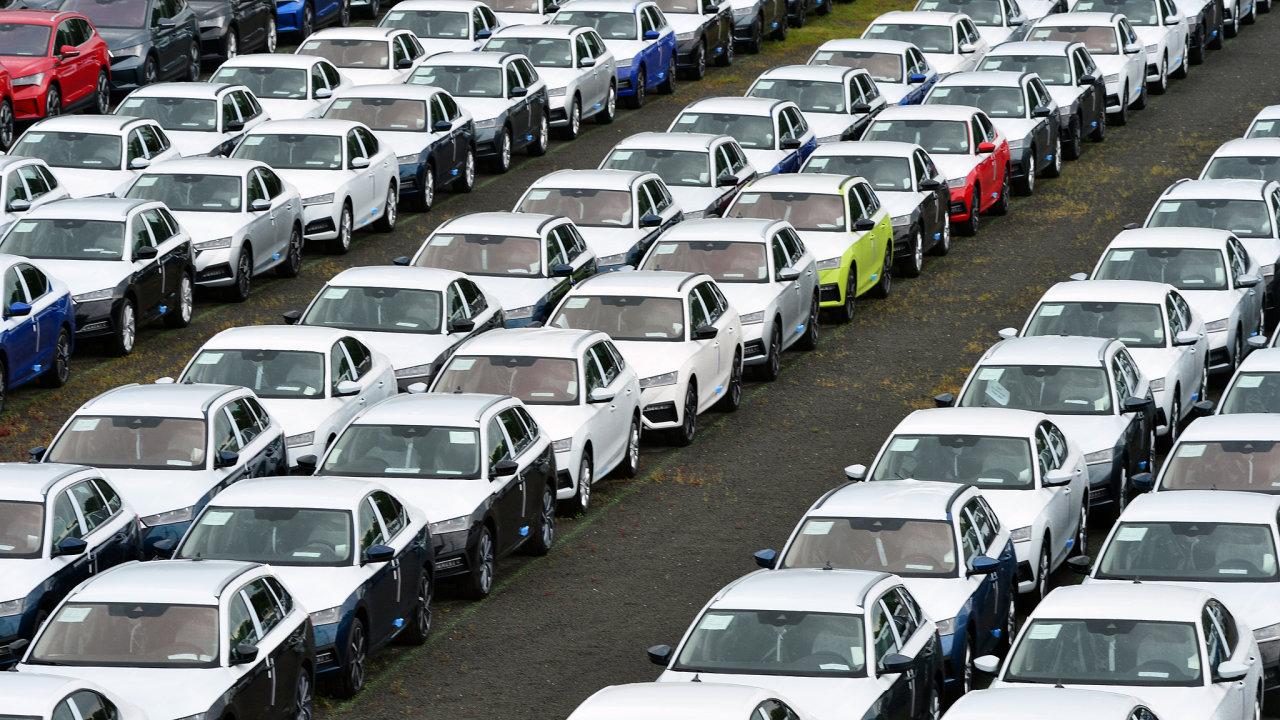 Nové automobily Škoda čekají na chybějící čipy, distribuční centrum Mnichovo Hradiště