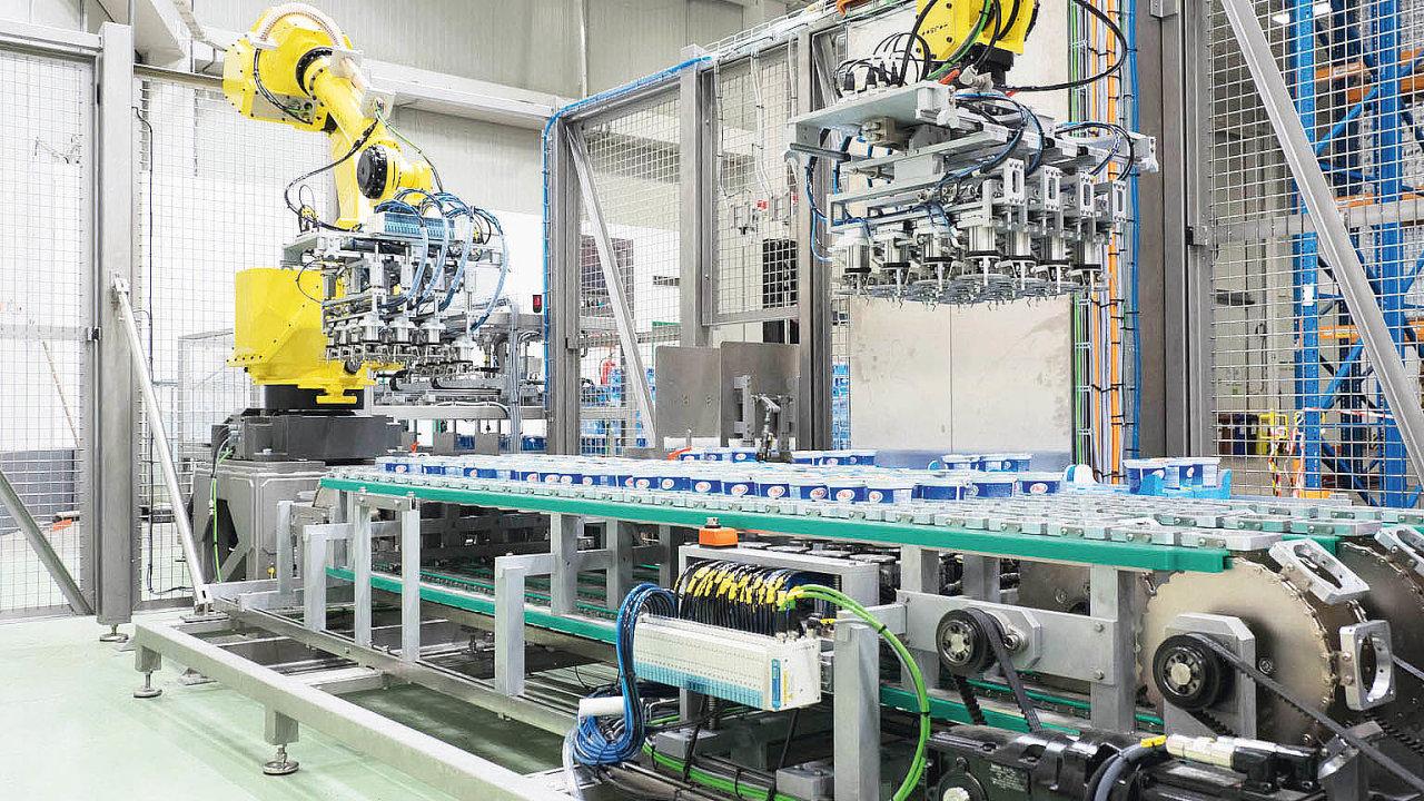Mixovací pracoviště jogurtů vmlékárně Hollandia, vněmž hrají prim roboty společnosti FANUC.