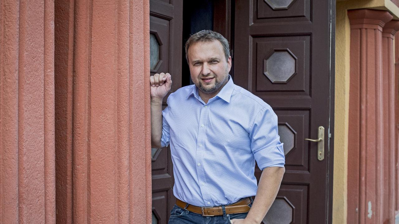 Předseda lidovců Marian Jurečka se snaží nepříznivě se vyvíjející preference zvrátit tím, že během kampaně chodí ode dveří ke dveřím.