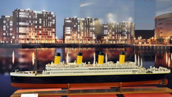 Model nové čtvrti na pozadí modelu Titaniku.