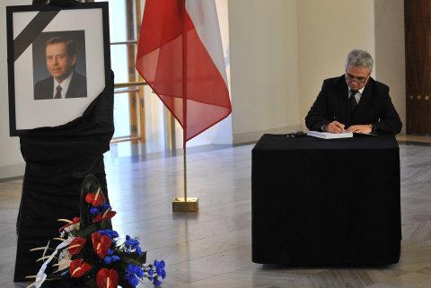 Milan Štěch podepisuje kondolenční listinu