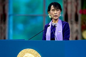 Aung San Suu Kyi accepts Nobel peace prize