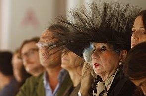 Zemřela Anna Piaggi. Módní ikona, jejíž oblečení bylo jednou velkou hříčkou