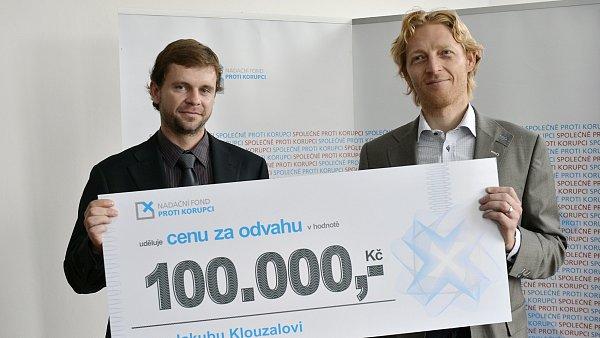 Jakub Klouzal (vlevo) p�eb�r� cenu od Karla Jane�ka