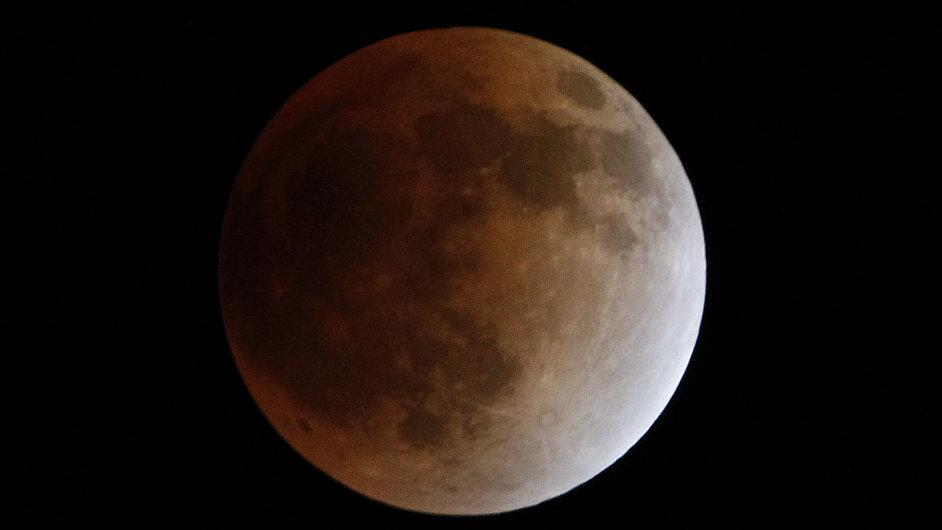 Úplně zatmění Měsíce.