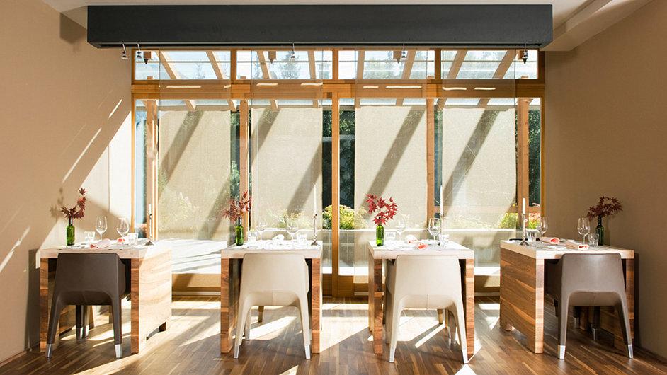 Restaurace klimaticky neutrálního hotelu Feldmilla v jihotyrolském Sand in Taufers