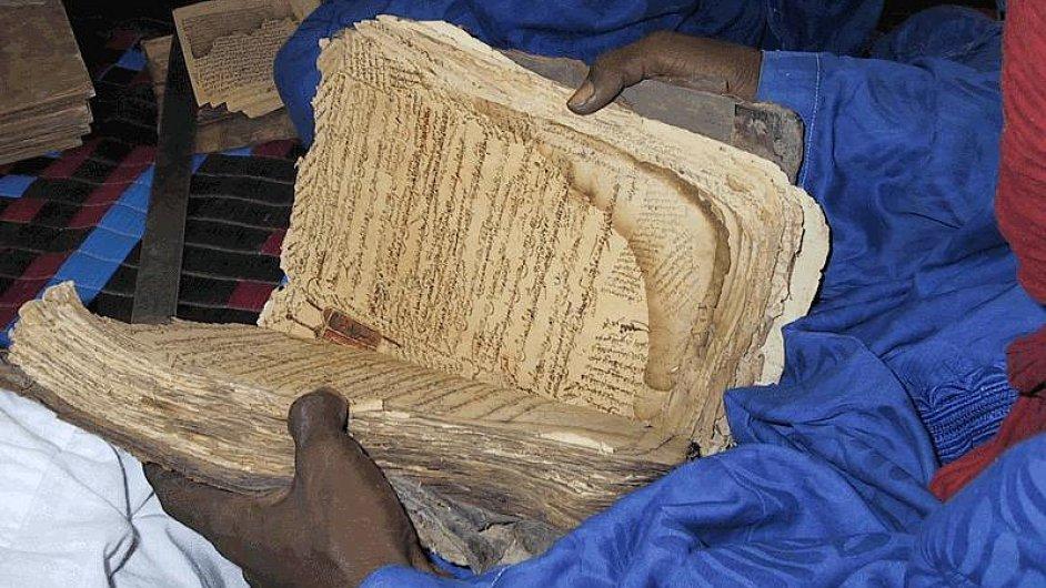 Jeden ze zničených středověkých rukopisů v Timbuktu