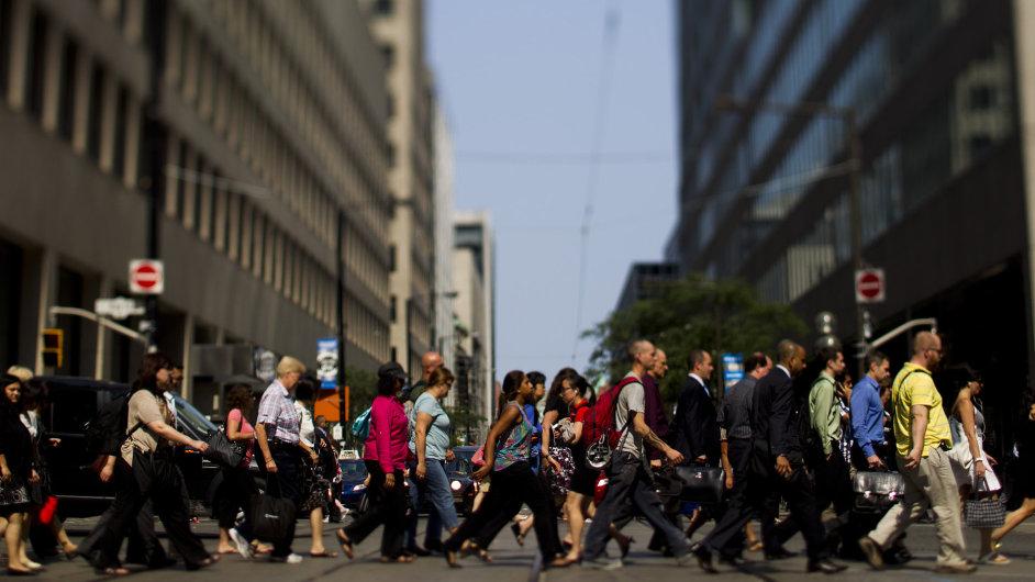 Chodci v ulici Bay Street ve finanční čtvrti Toronta