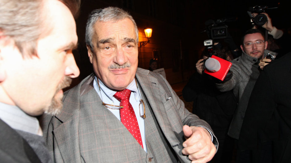 Karel Schwarzenberg dorazil do kanceláře budoucího prezidenta Miloše Zemana
