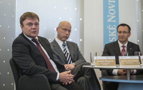 V debatě Hospodářských novin o pojišťovnictví se diskutovalo i o současných povodních. Zleva: Jaroslav Besperát (ČPP), Jeroen van Leeuwen (ČSOB Pojišťovna), Martin Žáček (UNIQA pojišťovna)