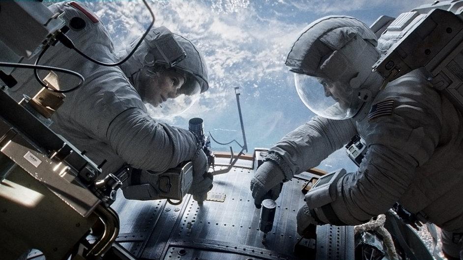 Až pupeční šňůra praskne, doktorka Stoneová (Sandra Bullocková) se ocitne v nekonečné vesmírné děloze bez spojení se Zemí
