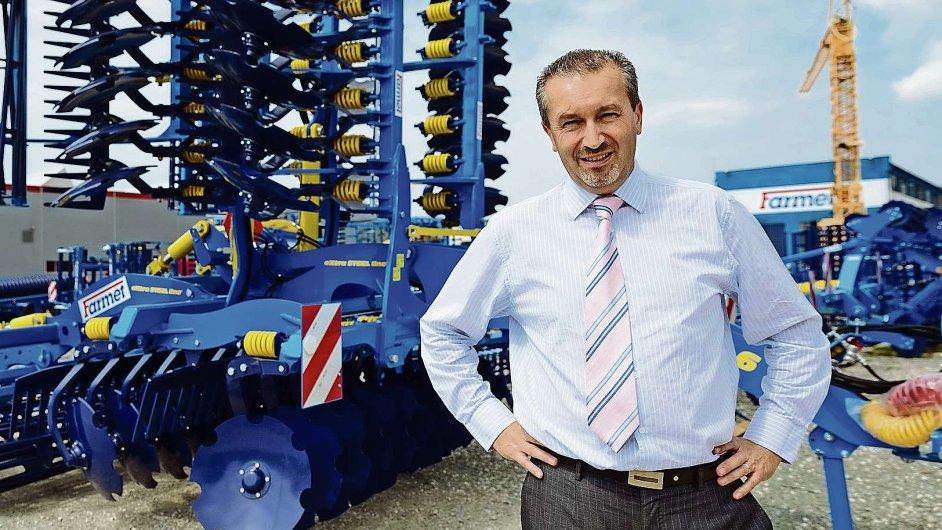 Šéf Farmetu Karel Žďárský před jedním ze svých strojů. Ročně jich podnik opustí okolo tisíce
