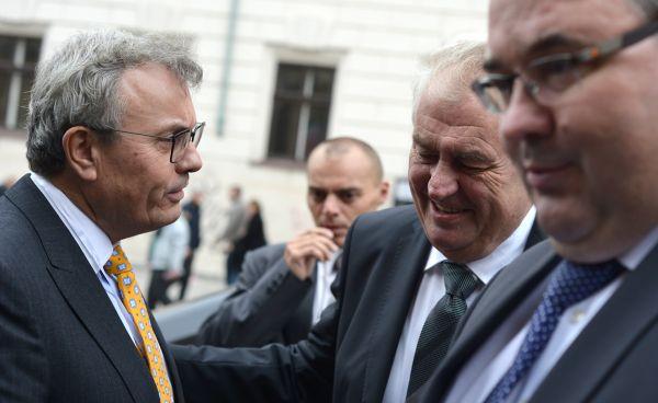 Prezident Hospodářské komory Vladimír Dlouhý (vlevo) a prezident Miloš Zeman.