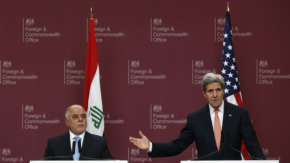 Americký ministr zahraničí John Kerry (vlevo) a irácký premiér Haider al-Abadi na setkání v Londýně.