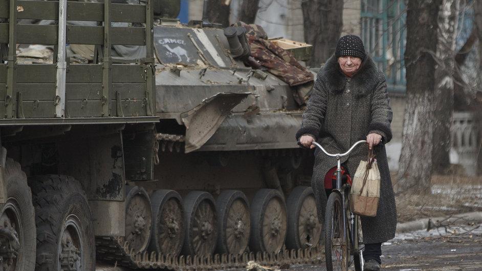 Ukrajinka na kole v Debalceve.