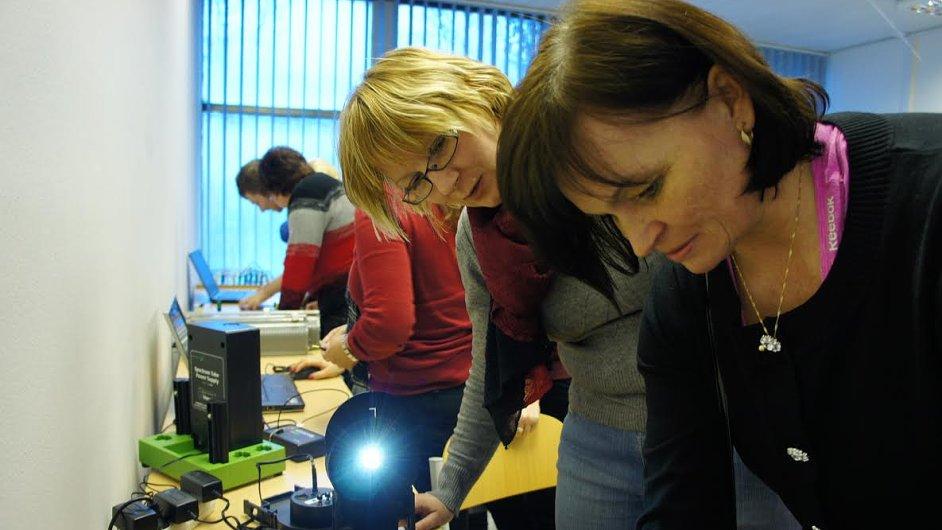 Učitelé si zkoušejí technické novinky v loňském ročníku projektu