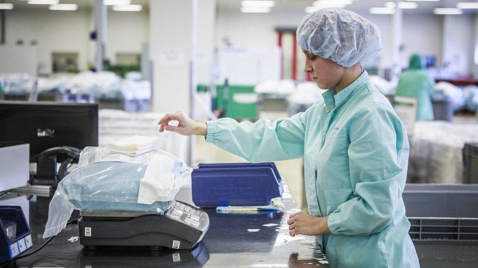 Balíčky chirurgických setů se v Mölnlycke kompletují podle přání lékářů a nemocnic.