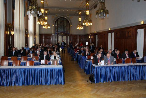 Pohled do sálu během programu druhého ročníku Strojírenského fóra v Obecním domě v Praze.