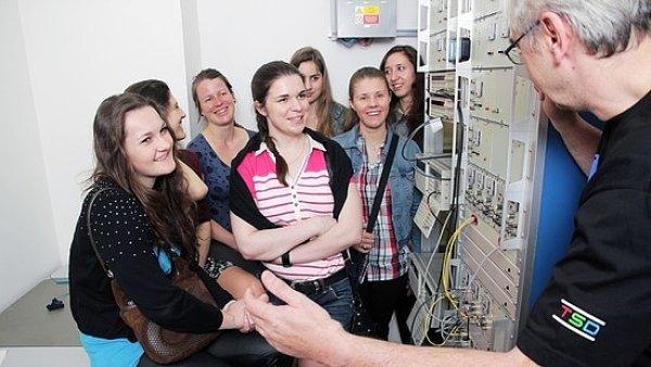 V 02 loni dívky poznávaly technické zázemí firmy