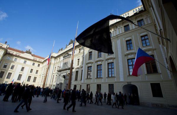 Černé vlajky zavlály na Pražském hradě.