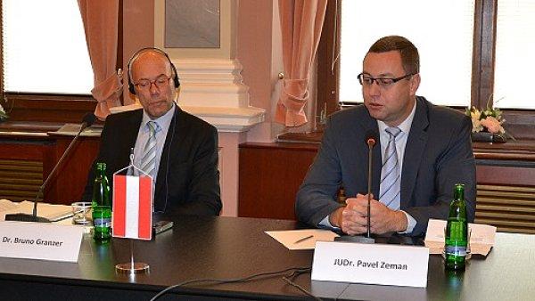Náměstek vrchní státní zástupkyně v Linci Bruno Granzer na jednání s Pavlem Zemanem