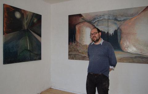 Majitel galerie a švýcarský výtvarník a perfomátor Mark Divo pózuje před obrazy Veroniky Drahotové.