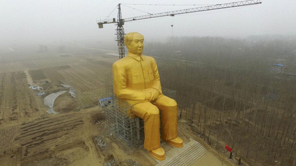 Skupina umělců mu vprovincii Hénán postavila Mao Ce-tungovi obří, takřka 37 metrů vysokou pozlacenou sochu.