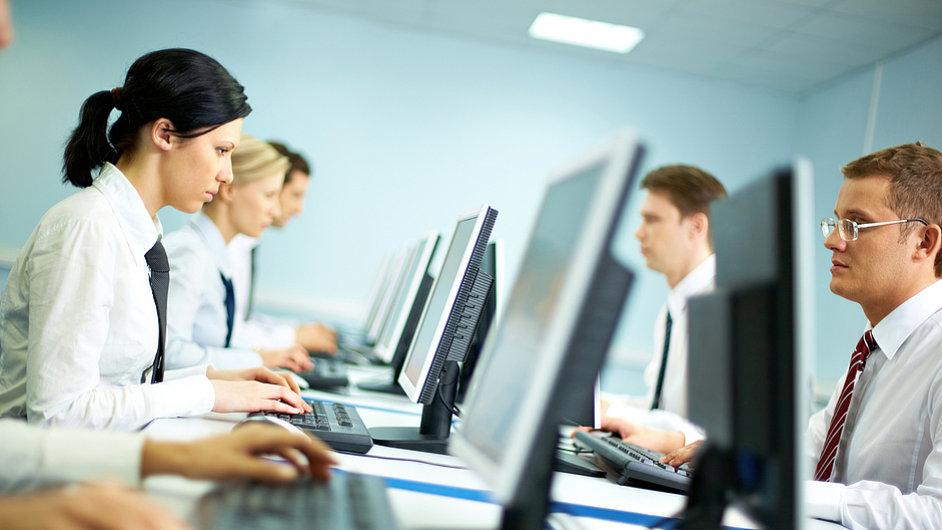 Kancelář, počítače, úředník, úředníci, počítač - Ilustrační foto