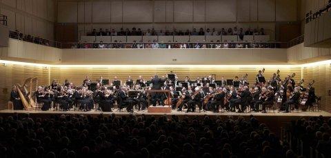 Snímek z vystoupení Cleveland Orchestra s dirigentem Franzem Welserem-Möstem a sopranistkou Ľubou Orgonášovou.