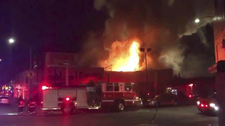 Při požáru na večírku v Kalifornii zemřelo nejméně devět lidí.