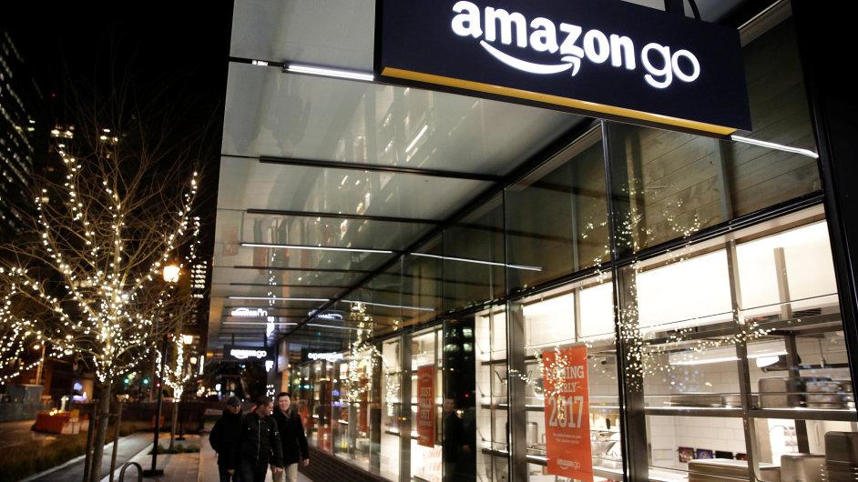 Amazon chce kamenné prodejny zbavit front, v USA testuje samoobsluhu bez pokladen.