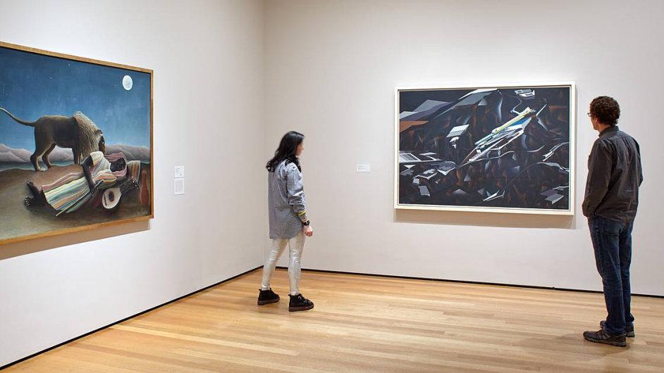 Vedle olejomalby Henriho Rousseaua Spící cikánka (vlevo) teď v muzeu MoMA visí malba architektky Zahy Hadid zvaná The Peak Project.