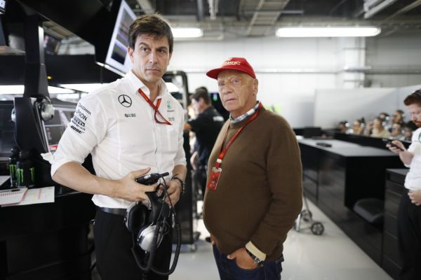 Tři roky neporažený Mercedes budou i další sezony vést Wolff s Laudou