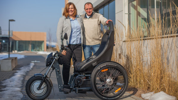 Ivo Kaštan vyrábí elektrické tříkolky pro invalidy.
