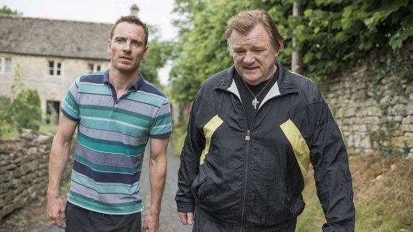 Patriarcha kočovného kriminálního klanu (Brendan Gleeson, vpravo) se děsí představy, že by se z jeho nejstaršího syna (Michael Fassbender) mohl stát paďour.