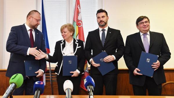 Nová jihočeská kolaice se zástupci ČSSD, KDU-ČSL, Jihočeši 2012 a uskupení Pro Jižní Čechy.