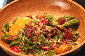 Podívejte se, jak v restauraci La Loca připravují jarní salát z quinoy, ředkviček a pomerančů