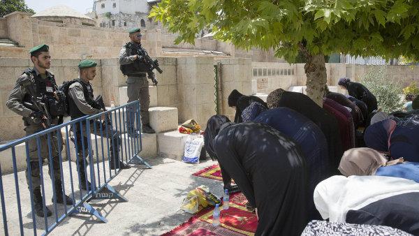 Izrael postavil detektory kovů uvchodů poté, co tudy Palestinci sizraelským občanstvím pronesli zbraně azavraždili jimi izraelské policisty.