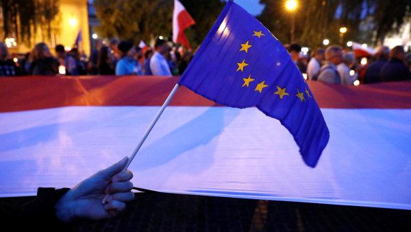 Proti zákonu o reformě justice demonstrovaly před měsícem ve Varšavě tisíce lidí.