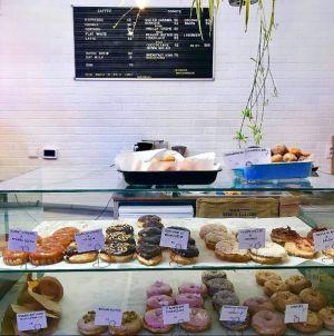 Donut shop na pražském náměstí Jiřího z Poděbrad