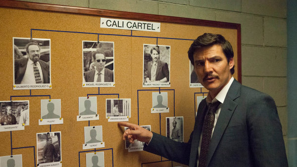 Agent Javier Peňa vpodání americko-kolumbijského herce Pabla Pascala (nasnímku) vtřetí řadě seriálu Narcos pátrá počlenech kolumbijského kartelu zCali.