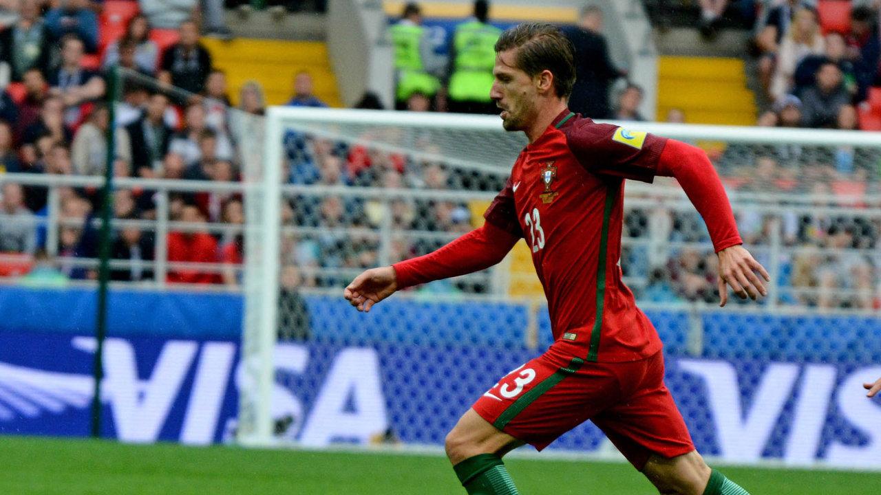 Portugalský záložník Adrien Silva anglickou ligu napodzim hrát nebude.